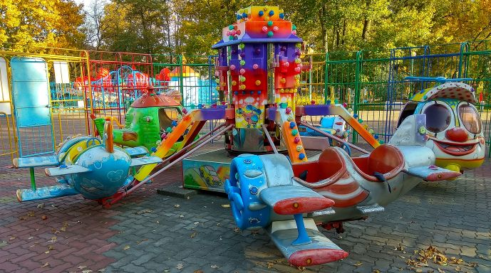 В парке много для маленьких детей.