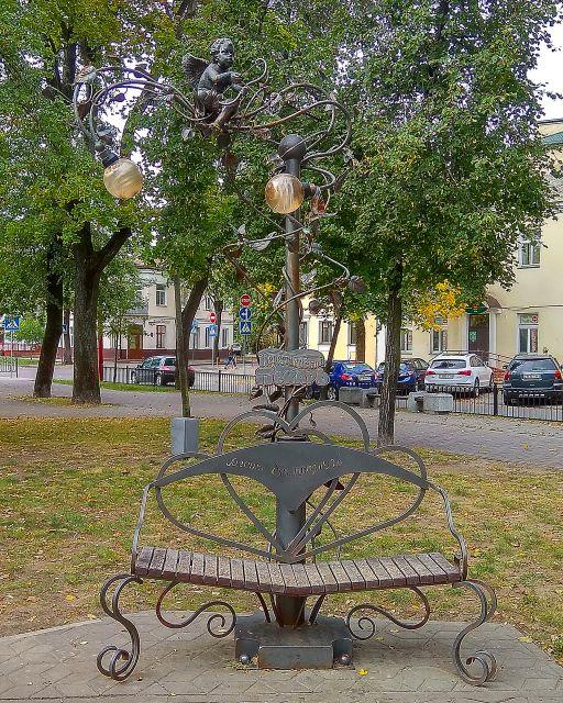 Скамейка-фонарь с надписью на спинке Место для поцелуев