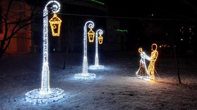 Аллея фонарей в зимнем парке Мира