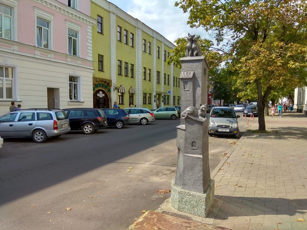 Скульптурная композиция памятник кошкам старый город