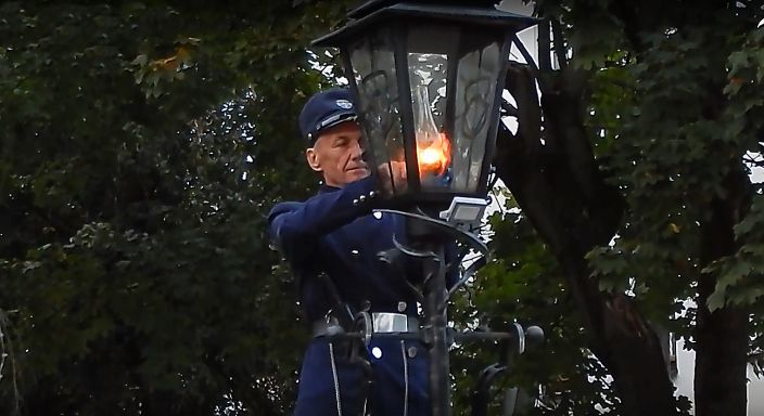 Фонарщик зажигает керосиновые фонари